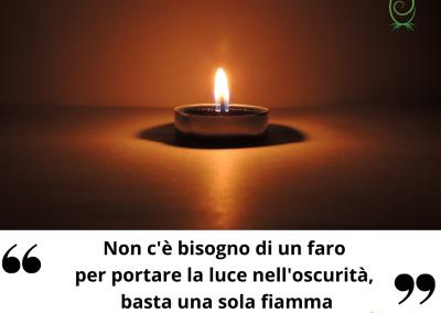 Non c'è bisogno di un faro per portare la luce nell'oscurità, basta una sola fiamma. - Clare Josa